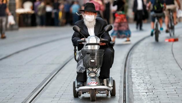 Ein ultraorthodoxer Jude mit Maske in Jerusalem (Bild: AFP)