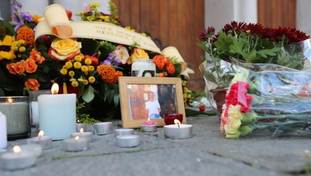 Blumen und Kerzen am Tatort erinnern an die drei Todesopfer des Terroranschlags in Nizza. (Bild: AFP)