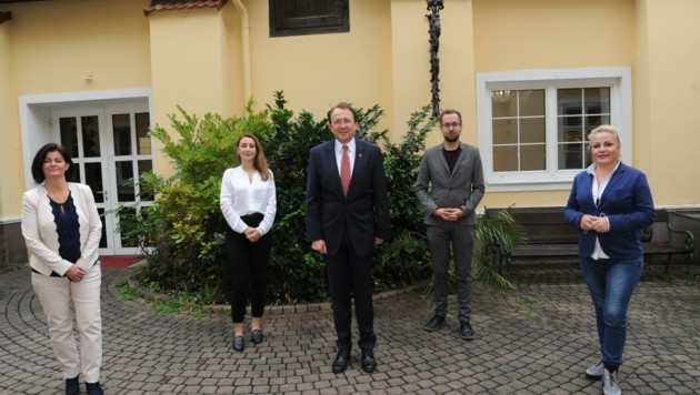 Der SP-Spitzenkandidat Matthias Stadler mit Yeliz Zwinz (2.v.li.) (Bild: SPÖ St. PÖlten)