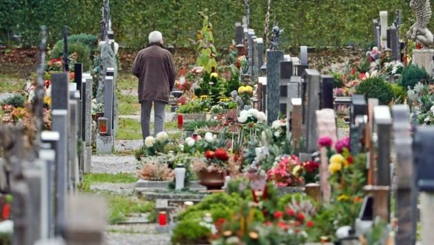 Die Diözese rät , die Gräber von Verstorbenen zu besuchen – man soll allerdings auf größere Familientreffen verzichten. (Bild: Christof Birbaumer Kronenzeitung)