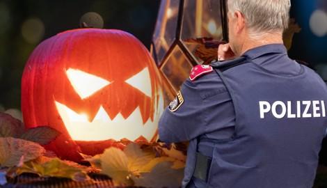 Eine Kerze, ein Kürbis, und schon ist die Halloween-Stimmung im Herbstlaub fast perfekt. Doch heuer ist vieles ganz anders. Wegen Corona wird es verstärkte Kontrollen durch die heimische Exekutive geben. (Bild: APA, Krone KREATIV)