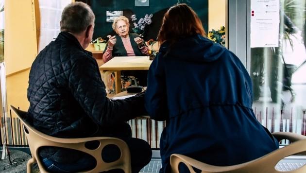 Besuche sollen in den Seniorenwohnheimen künftig auch ohne Glasscheiben möglich sein. Das Land Salzburg schlägt spezielle Besucherzonen vor. (Bild: Tröster Andreas)