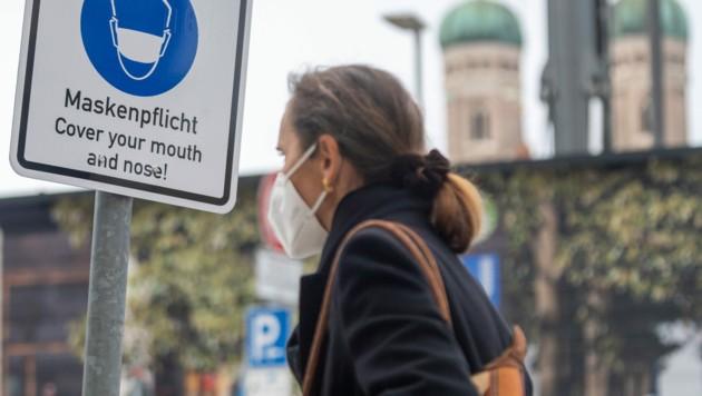 """Ein Schild mit der Aufschrift """"Maskenpflicht"""" in einer Straße in München (Bild: APA/dpa/Peter Kneffel)"""