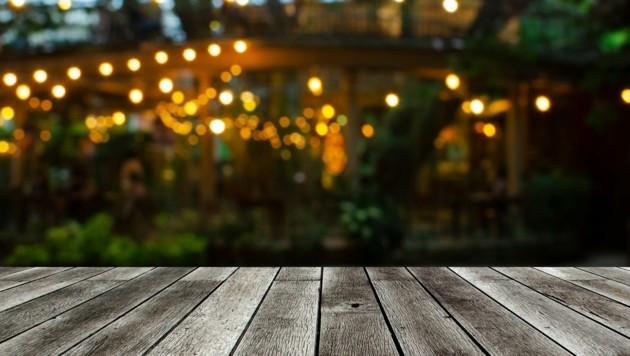Treffen im Garten sind künftig verboten - in privaten Wohnungen jedoch unter Auflagen sehr wohl. (Bild: Vittaya_25/stock.adobe.com)