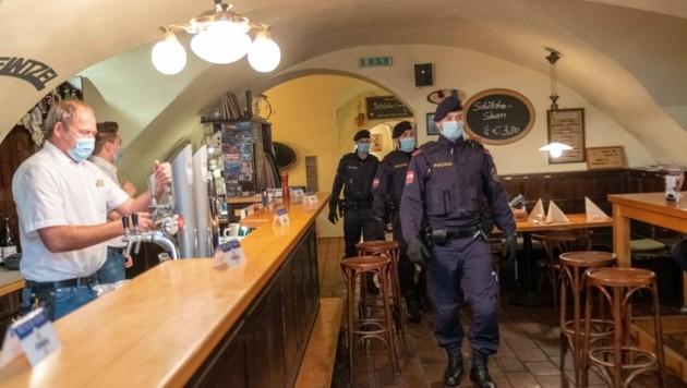 Auch Lokale wurden von der Polizei kontrolliert. (Bild: Horst Einöder/Flashpictures)
