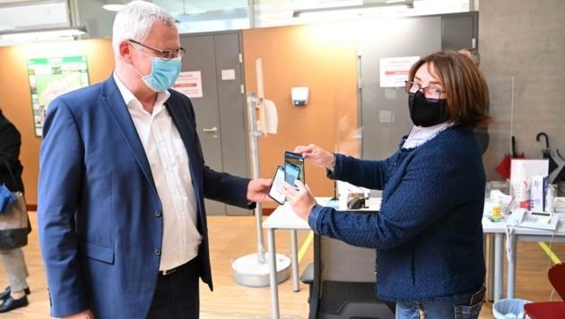 Auch Bürgermeister Thomas Steiner ließ seinen QR-Code bei der Bürgerservicestelle scannen. (Bild: Stadtgemeinde Eisenstadt)