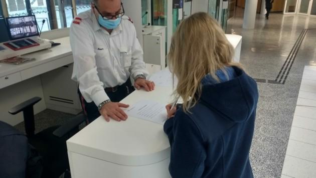Besucher des Salzburger Justizgebäudes müssen nun Kontaktdaten hinterlassen (Bild: Lovric Antonio)