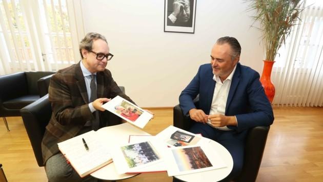 Vier Bilder als Fenster zur Persönlichkeit – Dominik Orieschnig im Gespräch mit Landeshauptmann Hans Peter Doskozil. (Bild: Judt Reinhard)