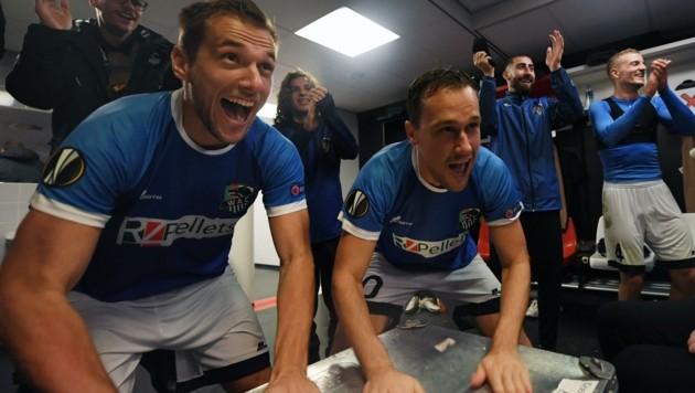 Kabinenparty! Liendl (re.) wurde gar zum Europa-League-Spieler der Runde gewählt, trommelte mit Leitgeb die Feier ein! (Bild: F. Pessentheiner)