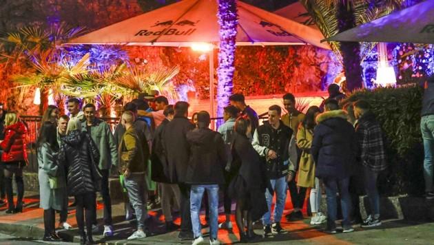 Hunderte feierten nach der Sperrstunde am Samstag ohne Abstand einfach weiter. (Bild: Tschepp Markus)