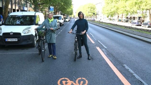 Ein Foto aus der Vergangenheit: Stadt-Vizin Birgit Hebein und Bezirkschefin Uschi Lichtenegger im Freudentaumel, der sich wohl mittlerweile verflüchtigt haben dürfte. (Bild: Zwefo)