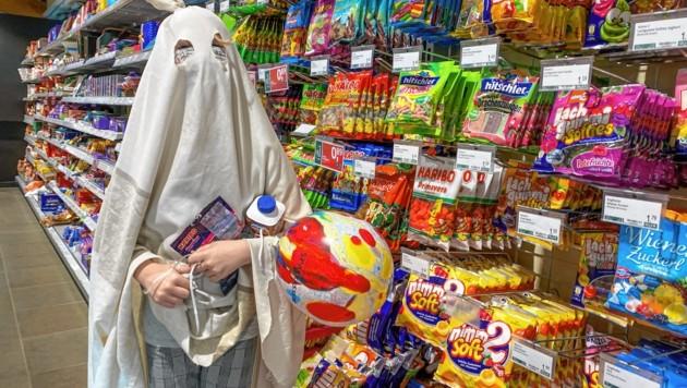 Salzburg, Corona Einkaufen vor dem Lockdown in Salzburg - vereinzelt sind Halloween Gespenster unterwegs Süßigkeiten kaufen statt sammeln (Bild: Markus Tschepp)