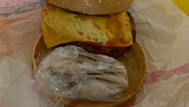 Cheeseburger mit ungewöhnlichem Zusatzbelag (Bild: Hauptzollamt Rosenheim)