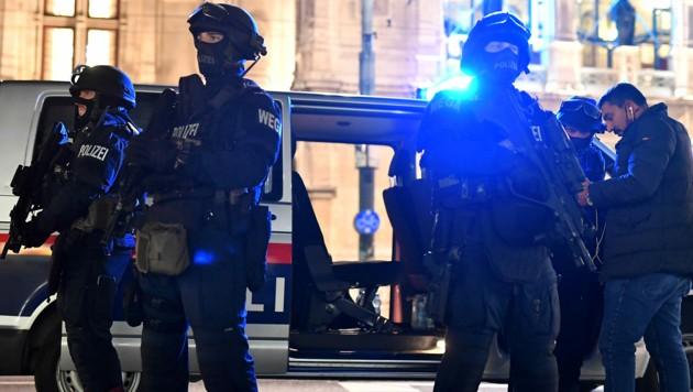 Die WEGA im Einsatz beim Terroranschlag in Wien (Bild: APA/AFP/JOE KLAMAR)