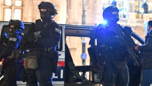 Beamte der Polizei in der Terror-Nacht (Bild: Joe Klamar/AFP)