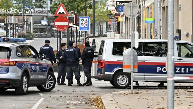Polizeibeamte stehen nach dem Terroranschlag am Montagabend am Tatort Schwedenplatz (Bild: APA/HANS PUNZ)