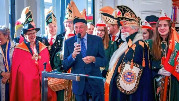 LH Kaiser und BÖF-Präsident Arendt sollten beim Faschingswecken in Villach das Faschingspaar angeloben. (Bild: FOTO KNAUS)