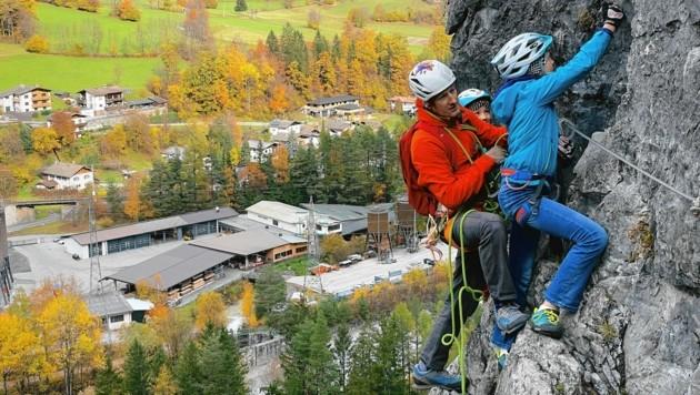Bergführer Günter Troger nutzt jede freie Minute, um mit seinen Töchtern echte Abenteuer in der Osttiroler Bergwelt zu erleben. (Bild: Wallner Hannes)