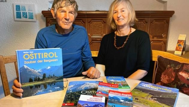 Walter Mair mit Ehefrau Bärbl und einigen seiner Wanderführer und Bücher. (Bild: Wallner Hannes)