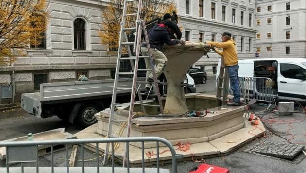 Mit dem Abbau des Brunnens am Kajetanerplatz wurde begonnen (Bild: Stefan Tschandl)