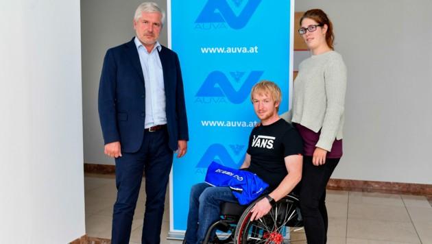 """Mathias Kufleitner (Mi.) wird von Lebensgefährtin Ricarda (29) massiv unterstützt. AUVA-Chef Erhard Prugger: """"Derartige Wegunfälle gelten als Arbeitsunfälle."""" (Bild: © Harald Dostal)"""