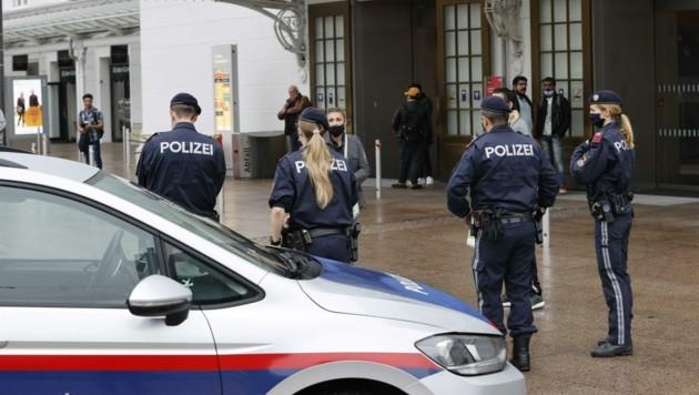 Polizisten beobachteten die Gefährdungslage am Hauptbahnhof am Dienstag genau. (Bild: Tschepp Markus)
