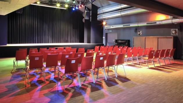 Leere Sitzreihen im Emailwerk Seekirchen (Bild: Kunstbox)