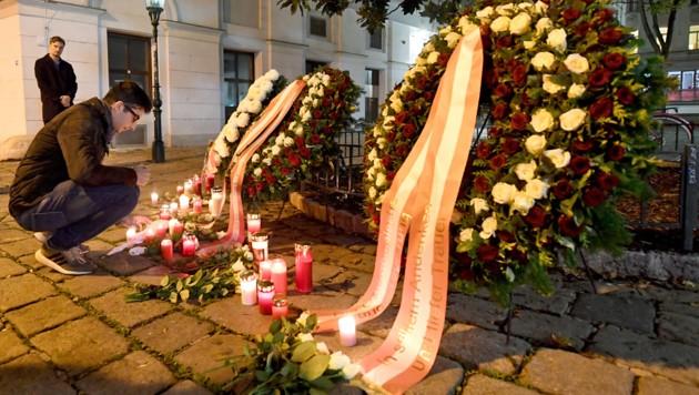 An den Tatorten in der Wiener Innenstadt zünden die Wiener Kerzen an, aber auch im Online-Kondolenzbuch zeigen viele ihr Mitgefühl. (Bild: APA/HELMUT FOHRINGER)