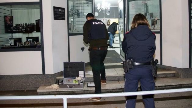 Polizisten bei der Tatortarbeit in Ebreichsdorf (Bild: Monatsrevue/Lenger Thomas)