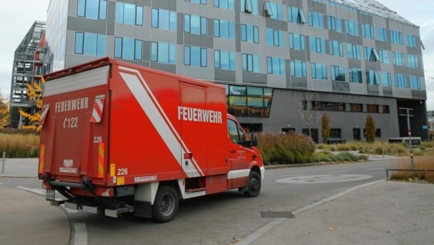 Ein Einsatzfahrzeug der Wiener Feuerwehr vor der Wirtschaftsuni am Welthandelsplatz (Bild: Klemens Groh)
