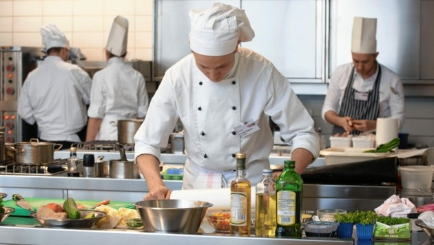 Die jungen steirischen Köche werden in Bad Gleichenberg ausgebildet. Der Praxisunterricht in der Küche ist aus der Distanz nicht möglich. (Bild: Elmar Gubisch)
