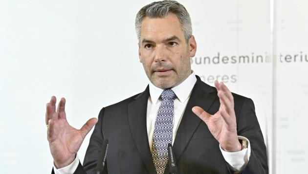 Innenminister Nehammer findet klar Worte zu dem Anschlag im Herzen Wiens. (Bild: APA/Hans Punz)