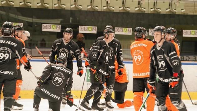Kapitän Oliver Setzinger und die 99ers stehen wieder geschlossen am Eis (Bild: Sepp Pail)