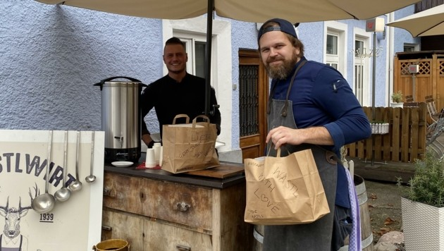Glühwein verkürzt die Wartezeit im Wastlwirt von Max Altweger und Philippe Sommersperger (Bild: Nikolaus Klinger)