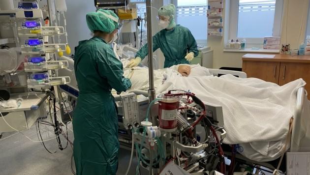 Ein Corona-Patient auf der Intensivstation des Uniklinikums (Bild: SALK)