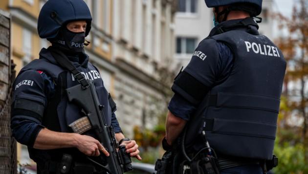 Weitere Festnahme im Zusammenhang mit dem Terroranschlag in Wien: Ein etwa 30-jähriger Afghane wurde als mutmaßlicher Mitwisser von der Cobra verhaftet. (Bild: APA/WERNER KERSCHBAUMMAYR)