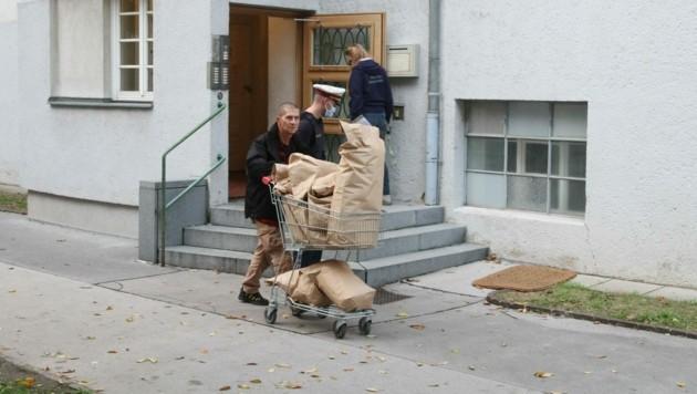 Aus dem Gemeindebau, in dem Kujtim F. gelebt hat, werden säckeweise Beweismittel abtransportiert. (Bild: Andreas Schiel)