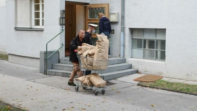 Aus dem Gemeindebau, in dem Kujtim F. gelebt hat, werden säckeweise Beweismittel abtransportiert.