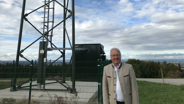 Kirchhams Bürgermeister Hans Kronberger vorm Behördenfunkmast (Bild: Gemeinde Kirchham)