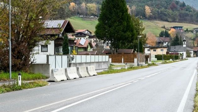 Die gesperrte Hauseinfahrt in Zirl-Eigenhofen ist mittlerweile wieder offen! (Bild: LIEBL Daniel   zeitungsfoto.at)