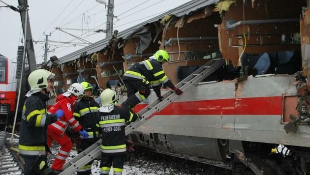 Durch den Aufprall wurde ein Wagon komplett aufgerissen (Bild: BFV Leoben/Schönauer)