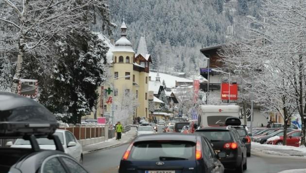 In 15 Jahren soll der Verkehr in Oetz um weitere 32 Prozent zunehmen. Einwohner und Gemeindeführung fordern den Bau einer Umfahrung. (Bild: Daum Hubert)