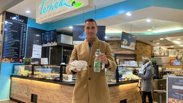 """Manfred hat bei """"Turkuaz"""" in den City Arkaden sein Essen mit Getränk abgeholt. (Bild: Tragner Christian)"""