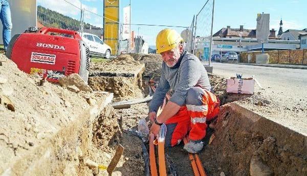 Im Zuge von Kanalbauarbeiten werden die Glasfasern verlegt. (Bild: Christian Egger/ Stadtpresse Spittal)