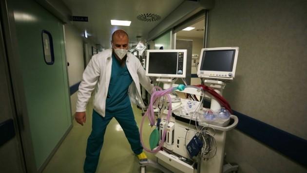 Seit Montag haben 15 Patienten in den Landesspitälern ihren Kampf gegen das Coronavirus verloren. (Bild: EXPA/ laPresse/ Foto Cecilia Fabiano)