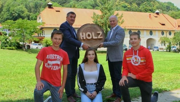 Seitinger (re.) mit Direktor Erich Kerngast und Schülern. (Bild: Lebensressort)