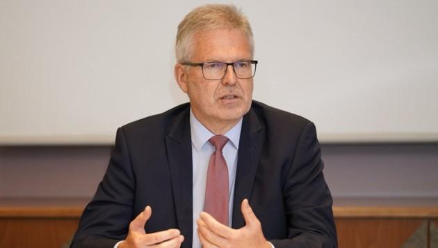 Peter Csar (links), oberster Personalvertreter beim Land Oberösterreich, richtet einen dringenden Appell zum Handeln an den Landesamtsdirektor Erich Watzl. (Bild: Wenzel Gerhard)