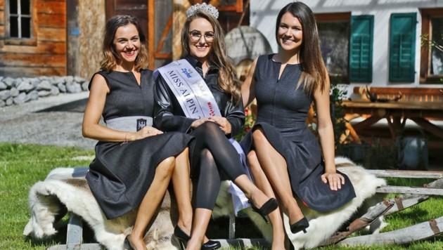 Die Missen-Macherinnen Kati Pletzer-Ladurner (li.) und Romana Exenberger (re.) sowie Schönheitskönigin Lisa haben eine soziale Ader. (Bild: Christof Birbaumer Kronenzeitung)