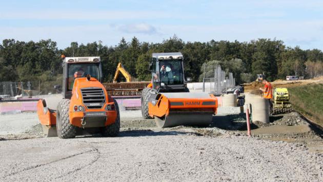 Die Bauarbeiten für die Schnellstraße sind im Gang. (Bild: Christian Jauschowetz)