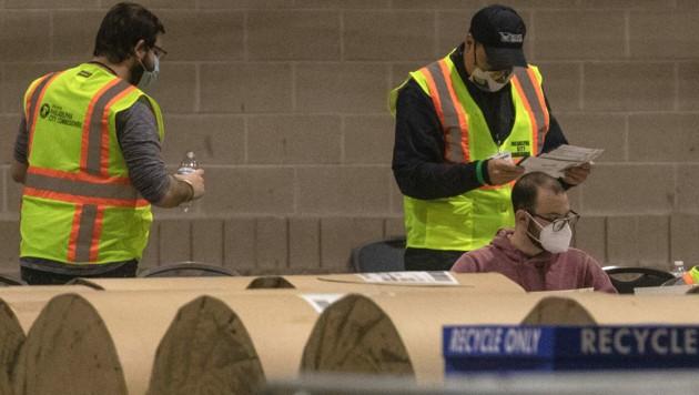Stimmenauszählung in Philadelphia (Bild: APA/AFP/Getty Images/Chris McGrath)